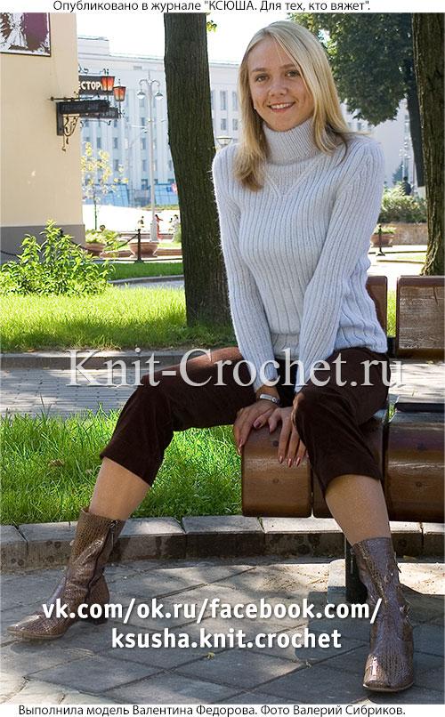 Связанный на спицах женский свитер в резинку размера 46.