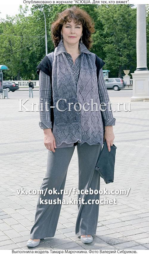 Женский комбинированный жилет размера 50-52 и шарф, связанные на спицах.