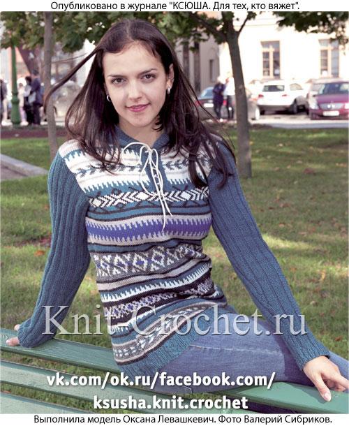 Женский пуловер с капюшоном размера 46, связанный на спицах жаккардовыми узорами.