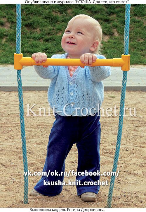 Нарядный жакет для малыша на рост 74 см, вязанный на спицах.