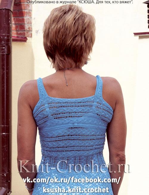 Связанное на спицах женское платье-сарафан.