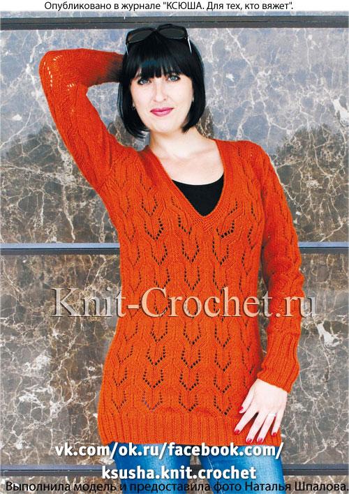Женский пуловер удлиненный, связанный спицами.