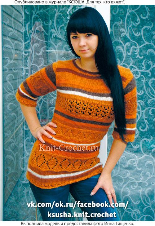 Женский удлиненный пуловер, связанный на спицах.