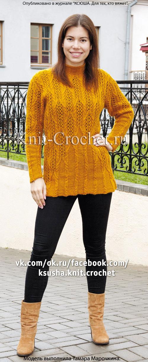 Вязаный на спицах женский удлиненный пуловер.