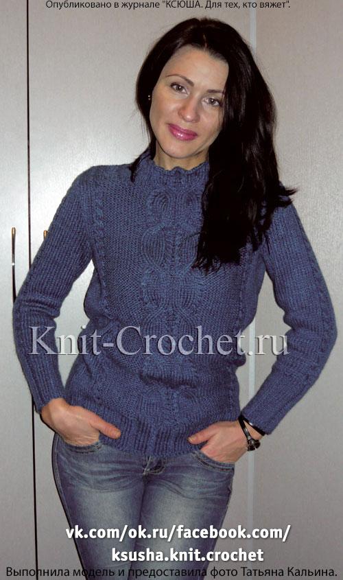 Женский свитер с рельефными узорами на спицах.