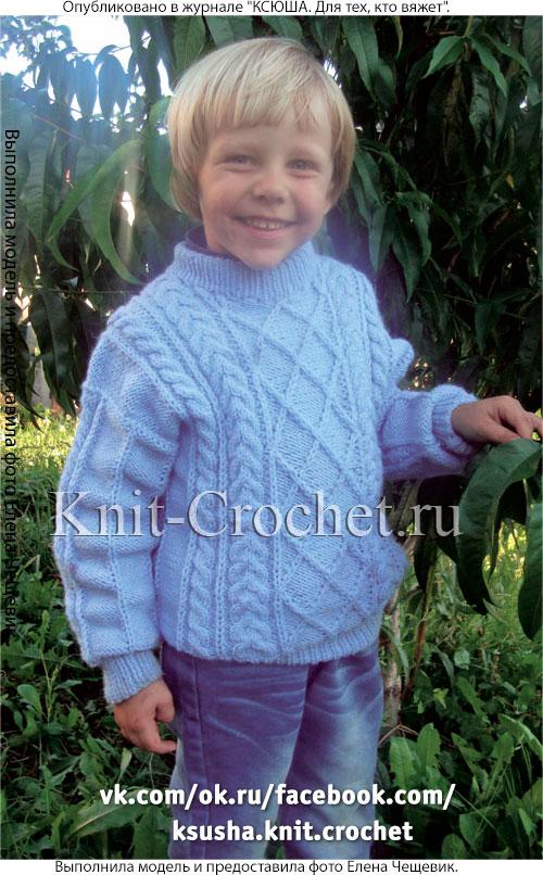 Связанный на спицах теплый свитер для мальчика 4-5 лет.