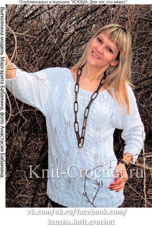 Женский пуловер с завязкой на спинке, связанный на спицах.