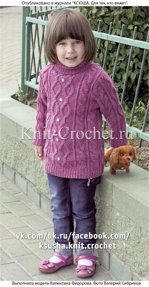 Свитер с рельефными узорами для девочки на рост 110-116 см, вязанный на спицах.