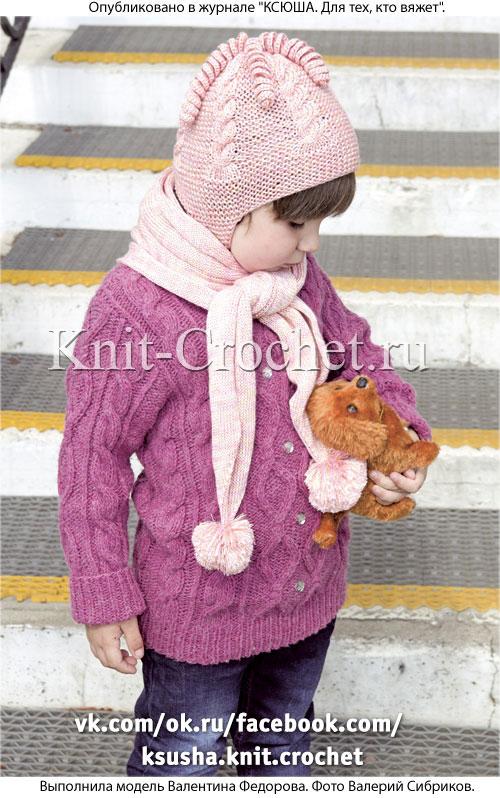 Шапочка и шарфик с помпонами для девочки, вязанные на спицах.