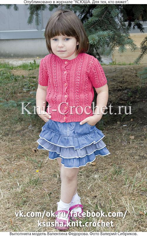 Жакет с коротким рукавом для девочки на рост 104-110 см, вязанный на спицах.